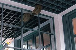 1.クモの巣ダスターで外壁のクモの巣を除去