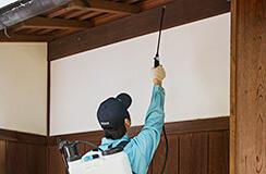 3.外壁には薬剤をスプレー塗布